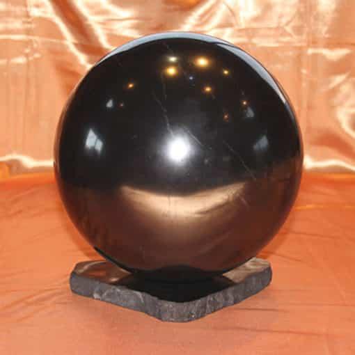 Comparaison sphère de shungite polie de 20 cm avec celle de 4 cm | Arkanova